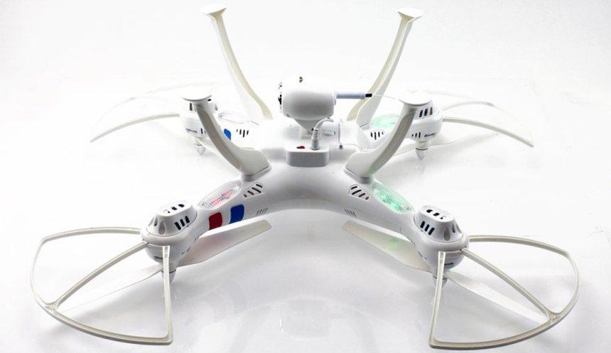 Il drone Syma X8W FPV a gambe all'aria: notare l'antenna Wi-Fi sulla videocamera e i LED rossi e verdi