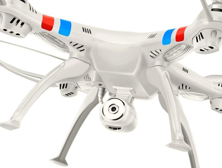 Un primo piano della videocamera HD con connessione Wi-Fi montata di serie sul drone SYMA X8W FPV
