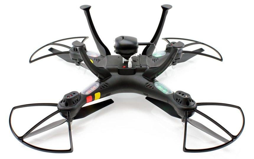 Il drone SYMA X8W FPV a gambe all'aria: notare l'antenna Wi-Fi sulla videocamera e i LED rossi e verdi in prossimità dei motori