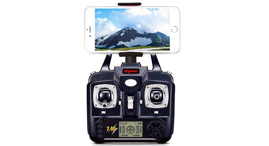 Lo smartphone agganciato al radiocomando a 4 canali, con portante di 2.4GHz e display LCD