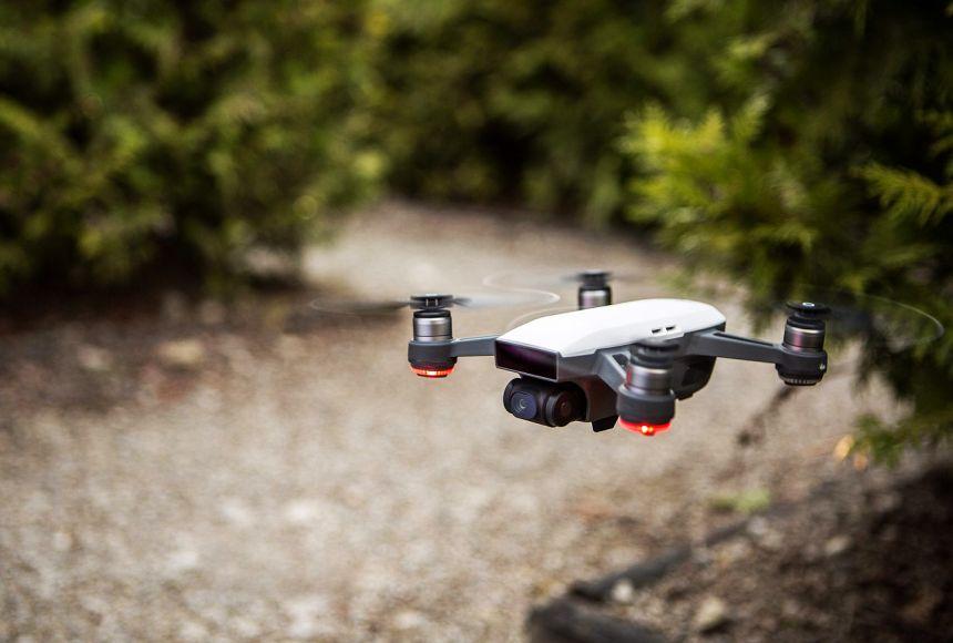 Il drone DJI SPARK in volo senza paraeliche
