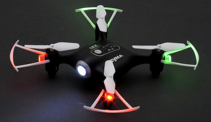 Il Syma X21 può volare senza alcun problema al buio grazie ai 4 LED sui motori e al LED bianco sulla testa