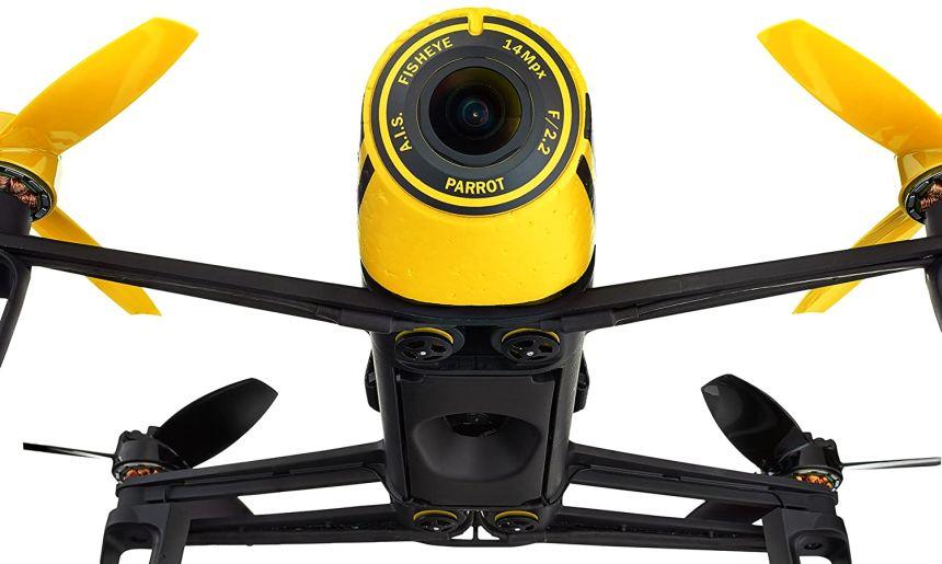 Vista frontale del quadricottero Parrot Bebop (notare la videocamera fisheye da 14MP)