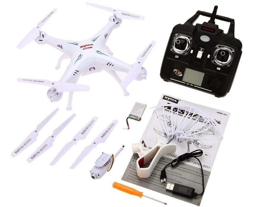 """Il drone Syma X5SW FPV con tutti gli accessori a corredo (notare in basso la """"molletta"""" per fissare lo smartphone al radiocomando)"""