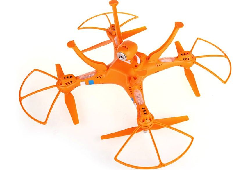 Il quadricottero SYMA X8C Venture a gambe all'aria (notare la videocamera HD e i LED in prossimità dei motori)